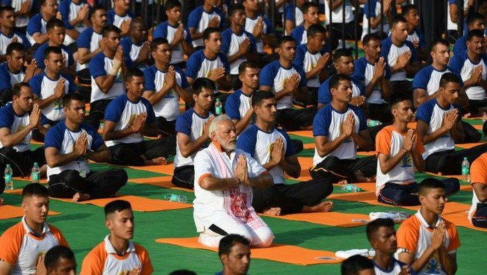 PM India Narendra Modi promosikan yoga untuk lawan Corona (AFP Photo)