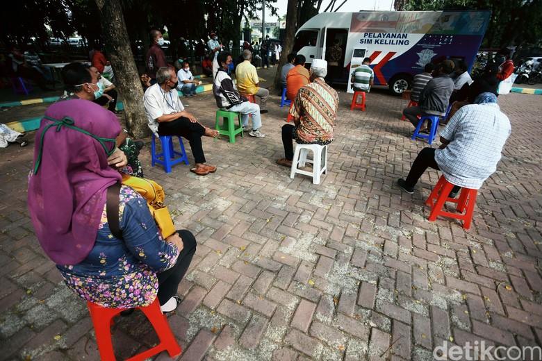 Layanan SIM keliling dilakukan di Alun-alun Kota Bekasi. Warga tampak tertib saat mengajukan permohonan pembuatan SIM, Jumat (19/06/2020).