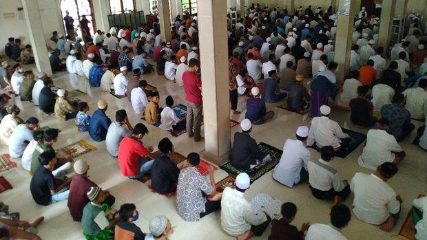 Suasana salat Jumat di Masjid Abdurahman Bin Auf di Cibinong, Bogor (Foto: Sachril/detikcom)