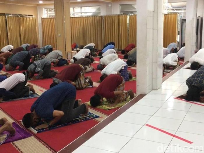 Suasana salat Jumat di Masjid Nurul Islam, Kel Tugu Selatan, Kec Koja, Jakut.