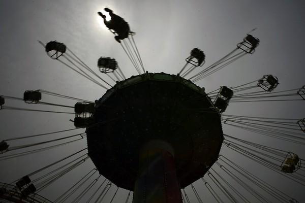 Namun akibat adanya pandemi COVID-19 yang melanda hampir di seluruh dunia, sebagian besar taman hiburan harus ditutup untuk meminimalisir penyebaran virus. AP Photo/Eugene Hoshiko