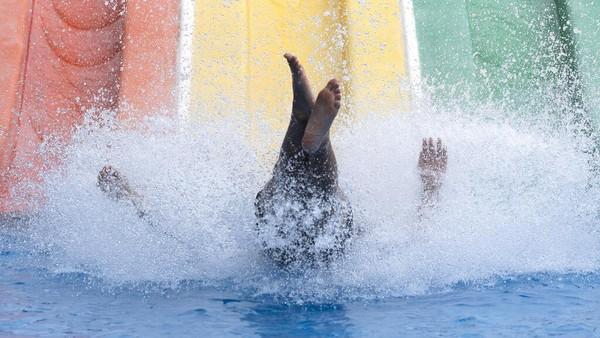 Setelah COVID-19 sudah mulai mereda di beberapa negara, ada taman hiburan yang dibuka kembali. AP Photo/Sakchai Lalit