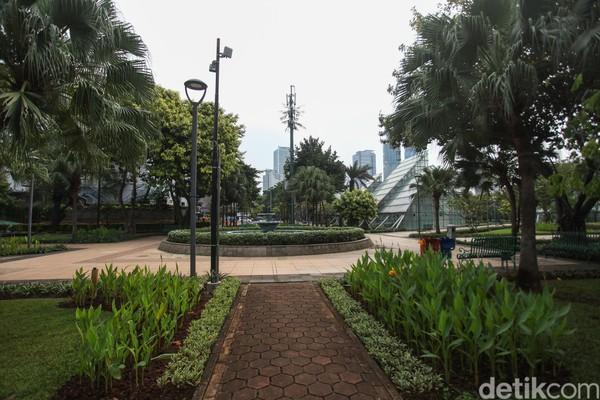 Taman Mentengmemiliki bangunan ikonik beruparumah kacanya. Taman ini berada di Jl. HOS Cokroaminoto, RT.3/RW.5, Menteng, Jakarta Pusat. Bagi kamu yang suka foto-foto, taman ini bisa jadi salah satu pilihan terbaik kamu. (Rifkianto Nugroho)