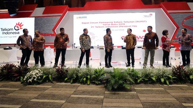 Rapat Umum Pemegang Saham Tahunan (RUPST) PT Telkom Indonesia (Persero) Tbk (Telkom) Tahun Buku 2019 yang dilaksanakan di Jakarta pada Jumat (19/06), menyetujui pembagian dividen sebesar Rp15,26 triliun. Rapat menyetujui payout ratio sebesar 81,78% ini dengan rincian 60% atau sebesar Rp11,20 triliun merupakan dividen tunai dan 21,78% atau Rp4,06 triliun merupakan dividen spesial. Sementara itu, sisanya sebesar 18,22% atau Rp3,40 triliun merupakan laba ditahan.