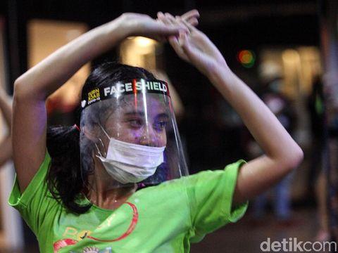 Instruktur mengenakan masker dan face shield saat melakukan senam Bolly'D (Bollywood Fitness Dance) di Raga Studio, kawasan Menteng, Jakarta Pusat, Kamis (18/6/2020). COVID-19 bukan alasan untuk tidak berolahraga, di Jakarta ada salah satu pilihan olahraga yang menarik salah satunya Senam Bolly'D.