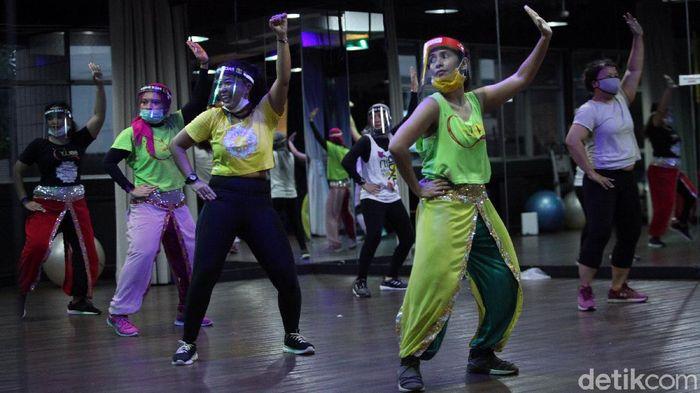Instruktur mengenakan masker dan face shield saat melakukan senam BollyD (Bollywood Fitness Dance) di Raga Studio, kawasan Menteng, Jakarta Pusat, Kamis (18/6/2020). COVID-19 bukan alasan untuk tidak berolahraga, di Jakarta ada salah satu pilihan olahraga yang menarik salah satunya Senam BollyD.