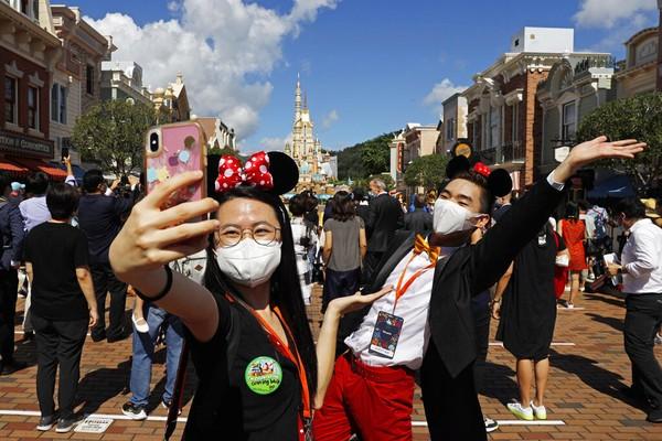 Pembukaan taman yang ditunggu-tunggu oleh banyak orang ini menerapkan protokol kesehatan bagi karyawan maupun tamu. AP Photo/Kin Cheung