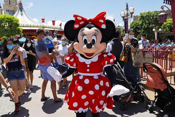 Meskipun sempat ada petisi dari warga untuk tidak kembali membuka taman hiburan ini, namun Disneyland Hong Kong tetap pada rencana bukanya pada 18 Juni dengan protokol kesehatan ketat. AP Photo/Kin Cheung