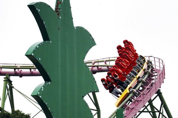 Ada peraturan khusus untuk yang menaiki wahana roller coaster disana, yaitu pengunjung dilarang berteriak. AP Photo/Eugene Hoshiko