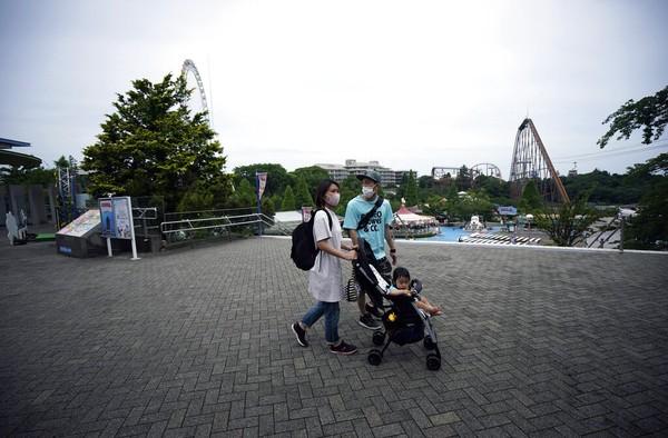 Taman Bermain Yomiuriland di Jepang kembali dibuka. Namun, hanya wahana luar ruang saja yang bisa dinikmati pengunjung. AP Photo/Eugene Hoshiko