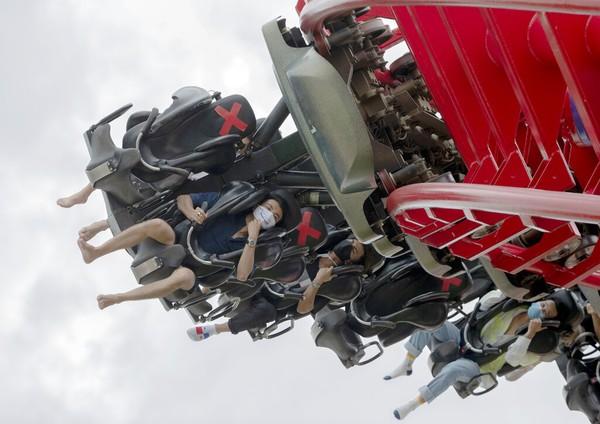 Roller coaster menjadi wahana yang paling banyak diminati pengunjung yang datang di Siam Amazing Park, Thailand . AP Photo/Sakchai Lalit