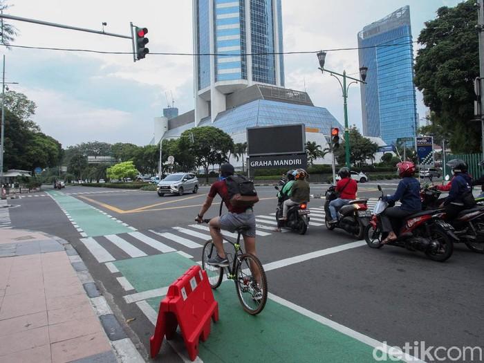 Direktorat Lalu Lintas Polda Metro Jaya mengingatkan pesepeda untuk berkendara di jalurnya. Apabila keluar dari jalurnya bisa dikenai denda tilang Rp 100 ribu.