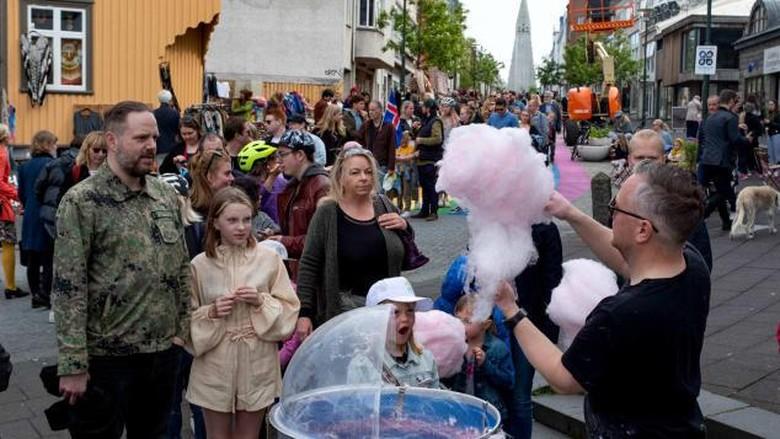 Warga Islandia bebas menghirup udara segar