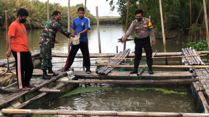 Warga Makassar Swadaya Bangun Keramba Ikan