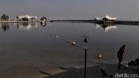 Kawasan wisata Taman Impian Jaya Ancol sudah dibuka untuk warga hari ini. Namun, pengunjung tetap dilarang bermain di pantai.