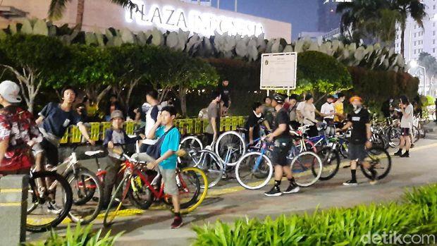 Dishub DKI dan Satpol PP membubarkan pesepeda yang kumpul di area Bundaran HI (Yogi Ernes/detikcom)
