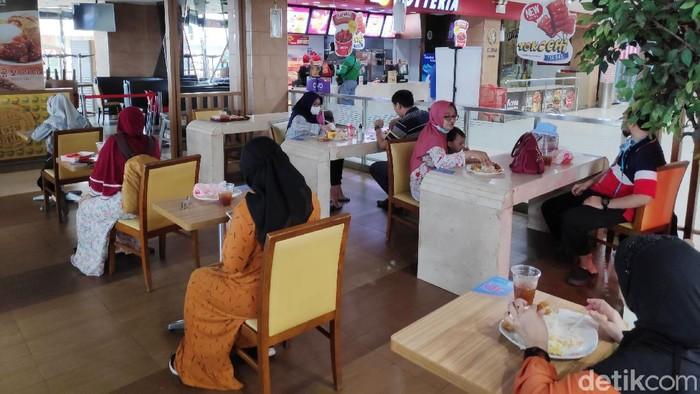 Restoran cepat saji khas Korea Selatan (Korsel) Lotteria akan menutup semua gerainya di Indonesia pada 29 Juni 2020 mendatang. Tapi, kok masih ramai?