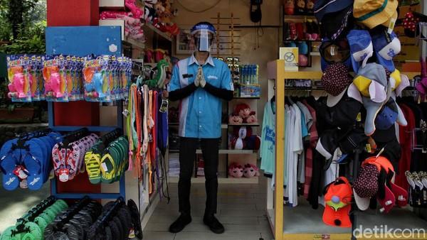 Sejumlah petugas di dalam Dufan pun mengenakan faceshield dan masker.