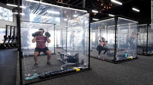 Inspire South Bay Fitness, gym di California pasang bilik plastik untuk fitnes di era new normal.