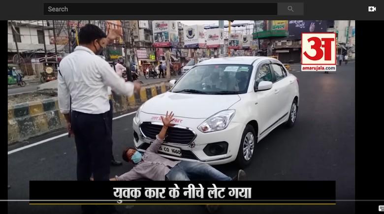 Pemuda India Adang Mobil di Jalan supaya bisa dites corona