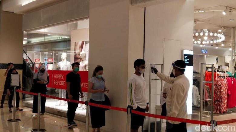 Sejumlah mal di Jakarta mulai dibuka untuk umum di masa PSBB transisi salah satunya di Mal Kokas. Namun, antreannya panjang banget.