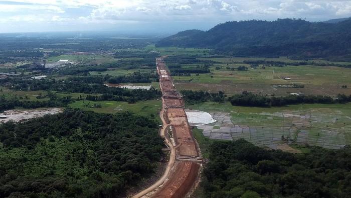 Foto udara pembangunan konstruksi ruas jalan tol  Padang-Sicincin di Jl Bypass KM 25, Kabupaten Padangpariaman, Sumatera Barat, Jumat (19/6/2020). PT Hutama Karya (Persero) terus mengebut pembangunan Jalan Tol Trans Sumatra (JTTS), salah satunya yakni Ruas Pekanbaru-Padang Seksi 1 (Padang-Sicincin/Pacin) sepanjang 36 kilometer, dengan lahan yang sudah dibebaskan dan dikerjakan sejauh 4,2 kilometer, sedangkan sisanya masih diproses di BPN. ANTARA FOTO/Iggoy el Fitra/wsj.