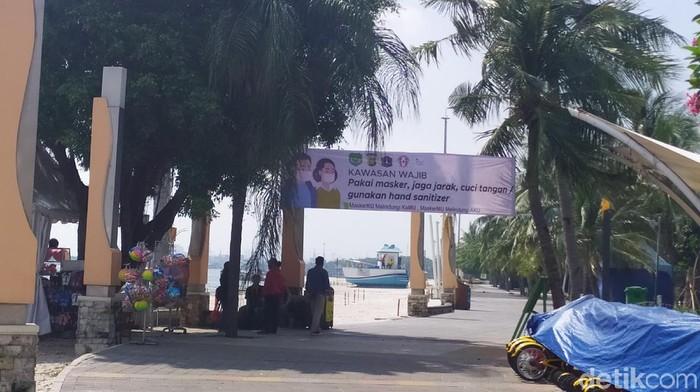 Sejumlah warga sudah mulai mendatangi kawasan Pantai Ancol setelah kembali dibuka pada masa PSBB transisi ini (Luqman Nurhadi Arunanta/detikcom)