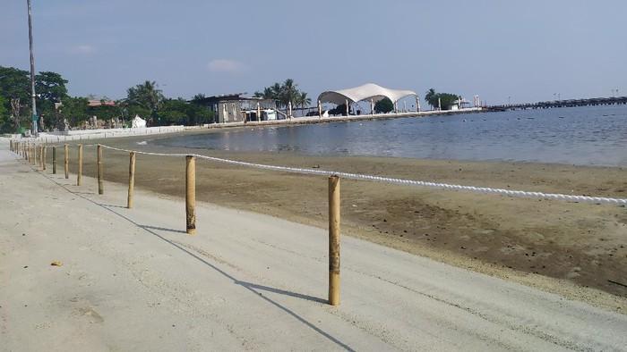 Situasi Pantai Ancol usai Taman Impian Jaya Ancol buka kembali di masa PSBB transisi