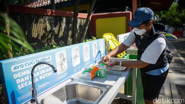 Usai memasuki gerbang utama TMR, warga mulai melakukan registrasi di Loket Utara II. Di situ, suhu tubuh warga diperiksa dengan menggunakan thermo gun dan diminta untuk mencuci tangan serta menggunakan hand sanitizer di tempat yang telah disediakan.