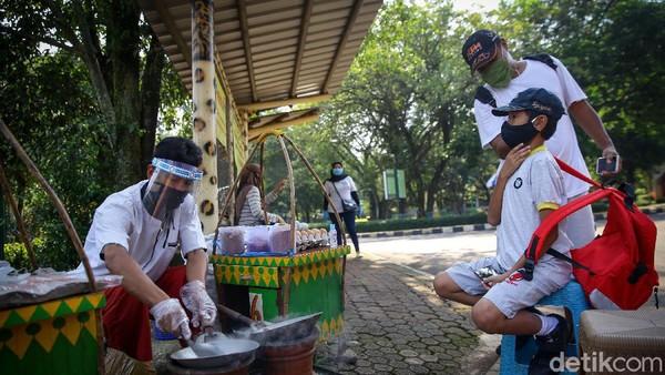 Warga juga diminta untuk menggunakan masker. Menjaga jarak dan mencuci tangan juga diserukan oleh Anies.