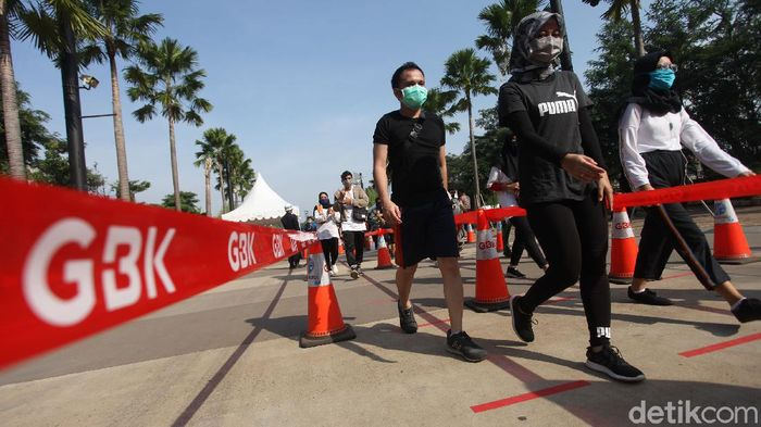 Kawasan Gelora Bung Karno ramai dikunjungi warga untuk berolahraga di Minggu pagi. Protokol kesehatan pun diterapkan oleh masyarakat guna cegah COVID-19.