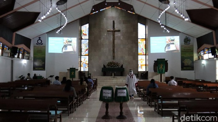 Gereja Huria Kristen Batak Protestan (HKBP) Kota Bandung kembali menggelar ibadah. Sejumlah protokol kesehatan pun diterapkan di gereja tersebut.