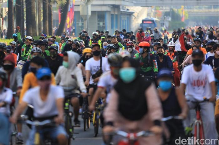 Car free day (CFD) kembali diberlakukan di kawasan Bundaran HI. Sejumlah warga tampak bersepeda di kawasan tersebut.