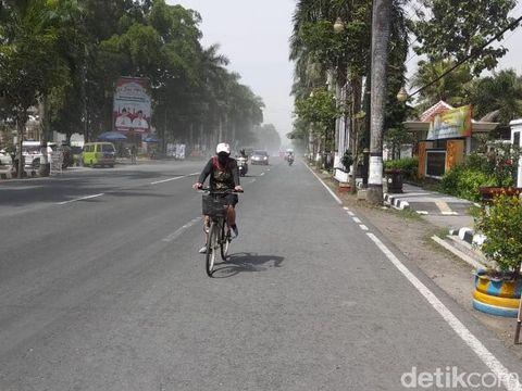Hujan abu erupsi Gunung Merapi di Mungkid, Kabupaten Magelang, Minggu (21/6/2020).
