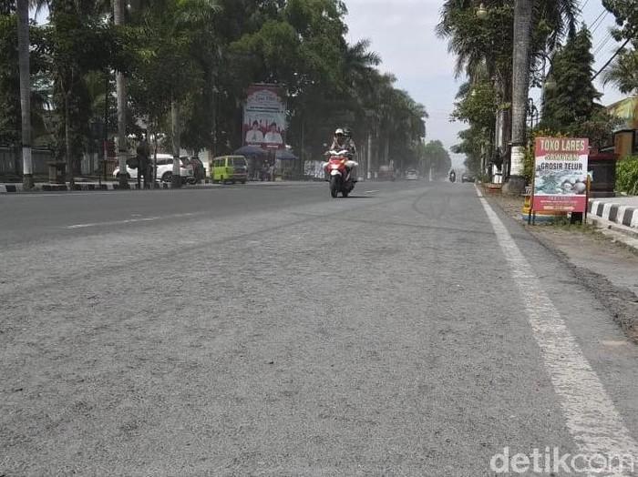 Sejumlah wilayah di Magelang diguyur hujan abu erupsi Gunung Merapi. Diketahui ada 6 kecamatan di Kabupaten Magelang terdampak hujan abu tersebut.