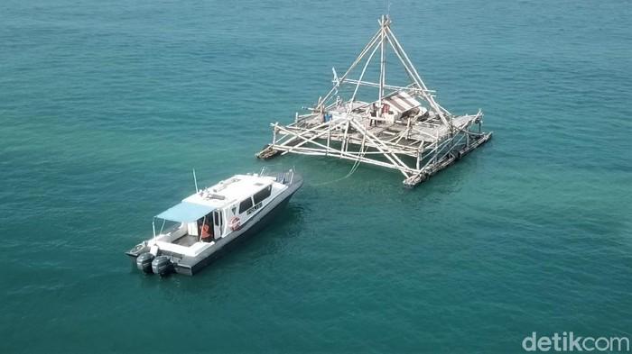 Personel Satpolair Polres Sukabumi bersama TNI Angkatan Laut mengecek lokasi yang diduga penampakan kapal karam di perairan Pantai Cikembang, Sukabumi, Jabar.