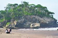 Pasir pantainya memang tidak putih, tapi lembut. (Faizal Amiruddin/detikcom)