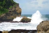 Sayangnya, pengunjung tak boleh berenang karena besarnya gelombang pantai. (Faizal Amiruddin/detikcom)
