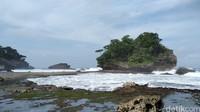 Pantai Madasari punya karang-karang besar yang indah. (Faizal Amiruddin/detikcom)