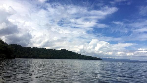 Sesampainya di tempat ini, mata kita langsung disuguhkan keindahan panorama alam yang memanjakan mata. Sejauh mata memandang, terlihat lautan dengan langit berwarna biru cerah. (Abdy Febriady/detikcom)