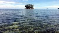 Air lautnya juga jernih. Bahkan terumbu karang yang ada di dasar lautnya bisa kelihatan. (Abdy Febriady/detikcom)