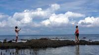 Traveler juga bisa sembari mengabadikan banyak foto dengan spot menarik. Selain itu, terdapat pulau kecil berbatu, berjarak puluhan meter dari bibir pantai. (Abdy Febriady/detikcom)