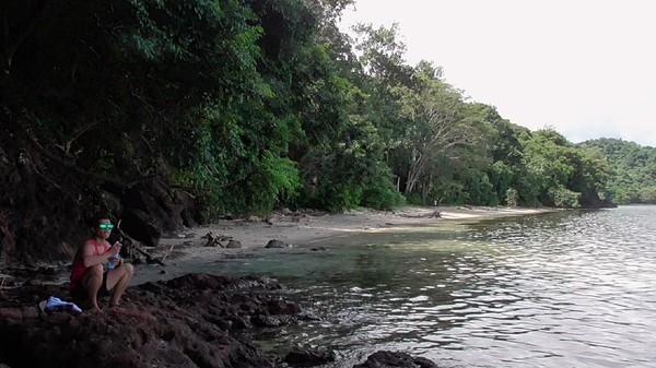 Menurut salah seorang pengunjung, jalan menuju ke pantai harus diperbaiki karena licin kalau habis hujan. Fasilitas tempat sampah juga harus ada karena ada pengunjung yang suka buang sampah sembarangan. (Abdy Febriady/detikcom)