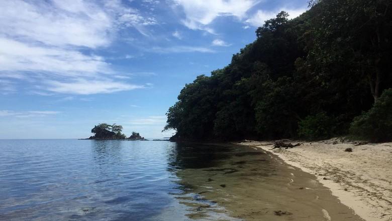 Pantai pasir putih di Polewali Mandar