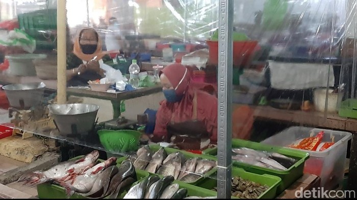 Pasar di Surabaya Kini Dilengkapi Tirai Plastik Hindari Kontak