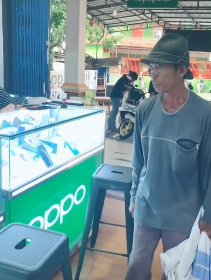 Pemulung di Samarinda beli ponsel Android pakai uang koin recehan. (Suriyatman/detikcom)