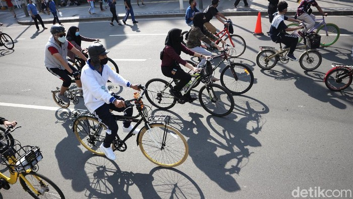 Jalur khusus sepeda terlihat di kawasan Bundaran HI. Jalur itu dibuat untuk warga yang bersepeda di kawasan yang kembali adakan car free day (CFD) tersebut.