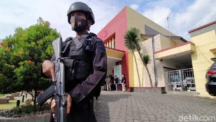 Wakapolres Karanganyar Kompol Busroni dirawat di RSUD Karanganyar usai diserang orang tak dikenal. Rumah sakit itu kini dijaga ketat oleh polisi bersenjata.