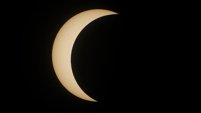 Fenomena gerhana matahari cincin terjadi di sepanjang jalur sempit bumi dari Afrika barat ke Semenanjung Arab hingga India. Seperti apa potretnya? Yuk, lihat.