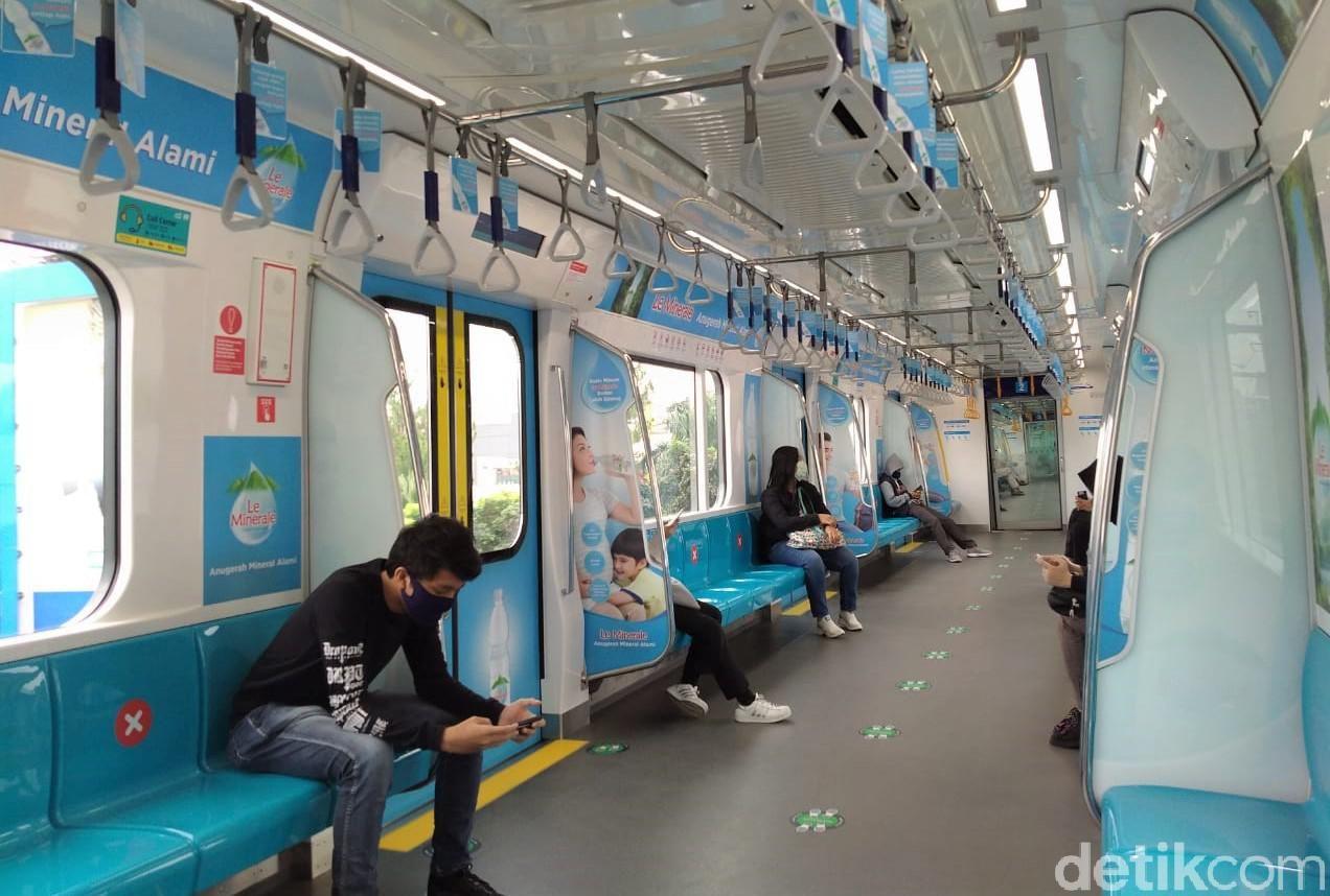 MRT jadi salah satu transportasi yang kerap digunakan warga untuk beraktivitas di akhir pekan. Namun, pandemi COVID-19 membuat MRT tampak sepi.